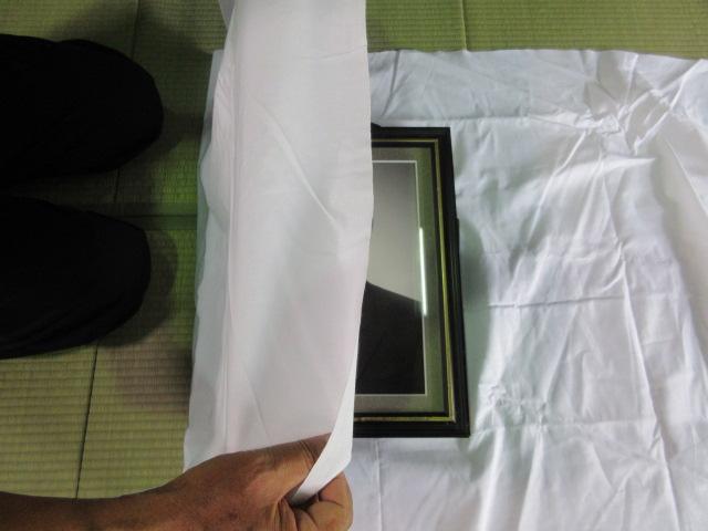 遺影写真を白布で包む1