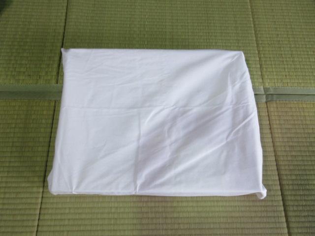 遺影写真を白布で包む2